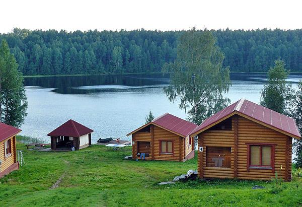 База отдыха на живописном берегу реки